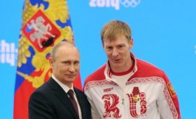 Уличенному вдопинге российскому бобслеисту разрешили оставить медали