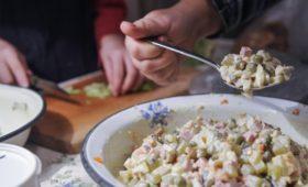 Производители и Росстат разошлись в оценке стоимости оливье