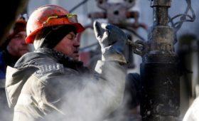 Цена нефти марки Brent впервые за год упала ниже $57