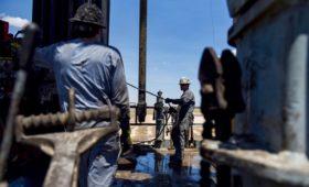 Цена нефти Brent упала ниже $52 впервые за год