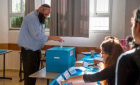 Экзитполы показали лидерство конкурирующего с Нетаньяху блока на выборах
