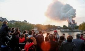 Президент Франции перенес выступление из-за пожара в Париже