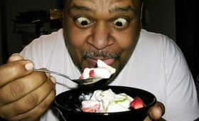 Люди с ожирением получают больше удовлетворения от еды