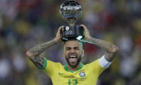 «Сан-Паулу» подписал контракт ссамым титулованным футболистом вистории Алвесом