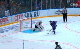 Российский хоккеист «гениально» забросил шайбу безброска