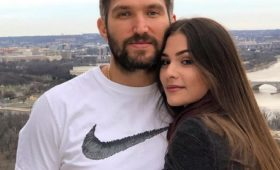 Жена Овечкина пожаловалась наамериканскую авиакомпанию. Ееобокрали