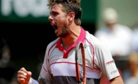 Теннисист устроил вечеринку вбассейне сосвоими копиями